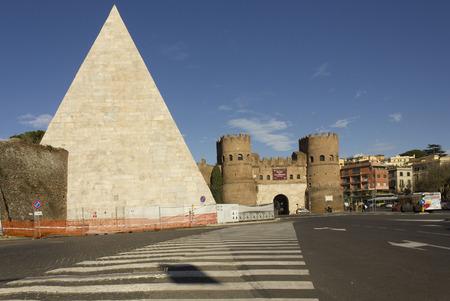 ROME, ITALIË - 1 januari 2015: Porta San Paolo Tor en de oude Piramide van Celsius in Rome Ostiense quartier, Italië Redactioneel