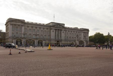 buckingham palace: LONDON, UNITED KINGDOM - SEPTEMBER 11 2015: Overview of Buckingham Palace square in London