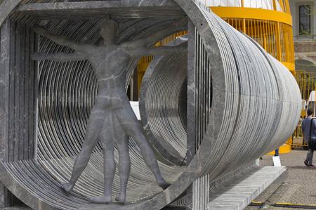 uomo vitruviano: MILAN, ITALY - APRIL 14 2015: Design installation by the Lebanese architect Bernard Khoury Margraf at Milan public university, showing the vitruvian man made in marble Editoriali