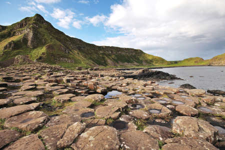 巨人のコーズウェイ石と北アイルランドでブッシュミルズの近くの風景