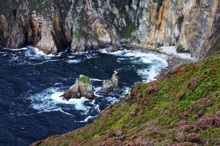 Slieve League cliffs and the sea in a small bay, Donegal, Ireland Imagens