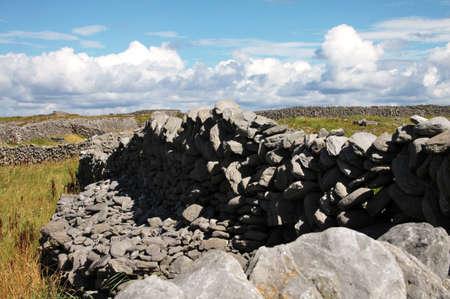 aran islands: Tpical antigua piedras drywall en Inisheer, Islas Aran, condado Galway, Irlanda Foto de archivo