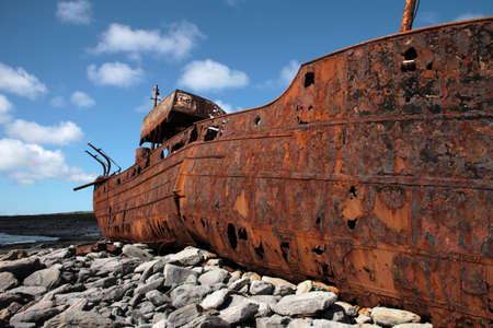 aran islands: Moho rojo en el viejo barco se hundi�, naufragio en Inisheer, Islas Aran, condado Galway, Irlanda