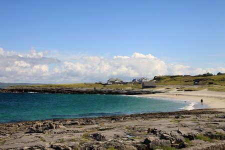 aran islands: Aran islas paisaje en Irlanda, vista de la costa Inisheer con su peque�o pueblo
