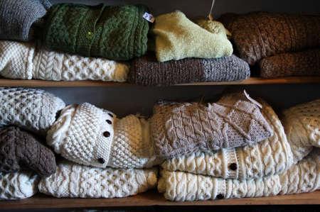 sueter: Colores naturales su�teres de lana pura en una tienda en Inisheer, las Islas Aran, Irlanda Foto de archivo