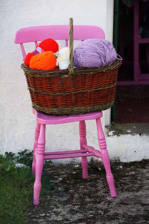 aran islands: muchas bolas de lana en una cesta en Irlanda, las Islas Aran