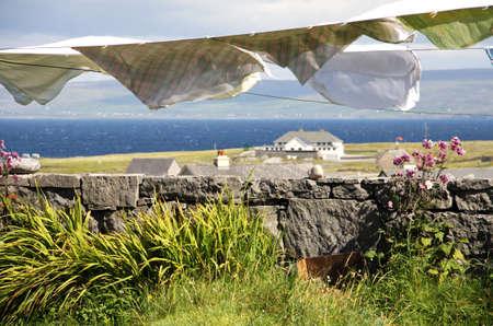 アイルランド アラン諸島イニシア村で乾燥する洗濯ハングの風景します。
