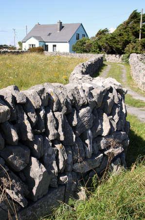 aran islands: Drywall y casa de madera en Inisheer, Islas Aran Editorial