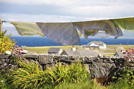 aran islands: paisaje con lavadero cuelga a secar en el pueblo de Inisheer en islas Aran, Irlanda Foto de archivo
