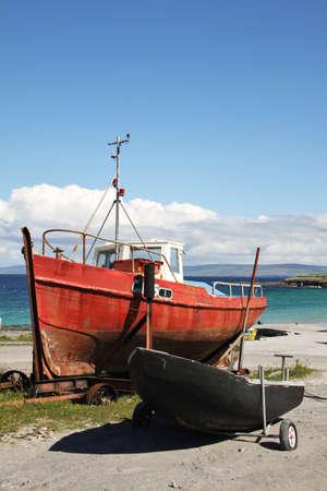aran islands: Barcos de pesca viejo Inisheer, Islas Aran, condado Galway, Irlanda