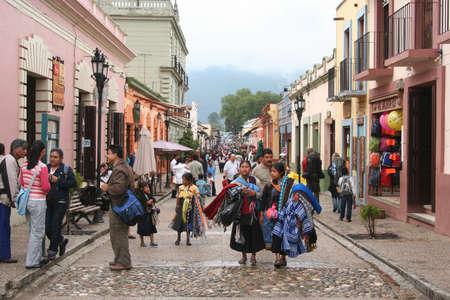 地元の人々 と、メキシコ サン ・ クリストバル ・ デ ・ ラス ・ カサス通り