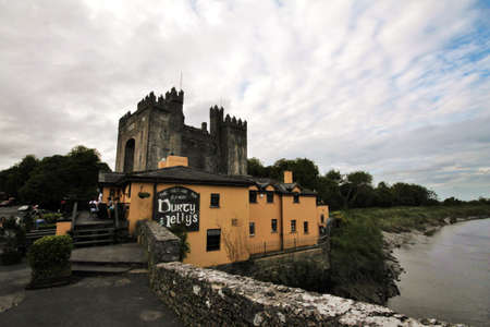 durty: Durty Nelly Pub and Bunratty Castle, Ireland