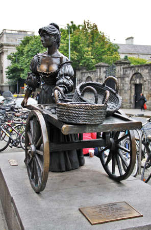 molly fish: Molly Malone and her cart with fish, Dublin