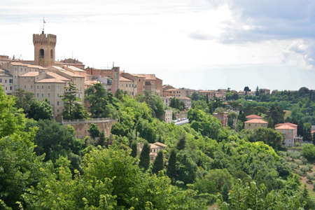 Castelfidrardo, town on a hill, country landscape in Marche, Italy Imagens