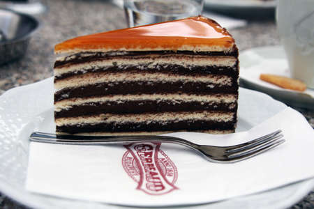 Dobos cake, iconic and symbolic sweet at the famous historical Gerbeaud Cafe in Budapest, Hungary Imagens - 130137376