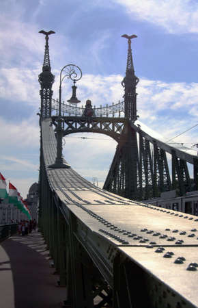 The Chains Bridge in Budapest, crossing river Danube, joining Buda Hill to the city of Pest. Hungary Imagens - 105228818