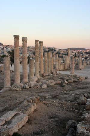 Columns in roman city of Jerash in Jordan at sunset, Middle East. Imagens - 122145850