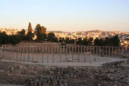Roman amphitheater in Jerash ruins at sunset, Jordan. Middle East. Imagens - 122145851