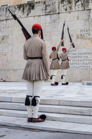 Changing the guards at the Greek Parliament Athens Archivio Fotografico
