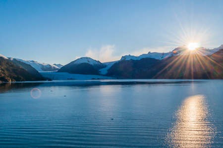 Beau lever de soleil sur le glacier Amalia, parc national Bernardo O'Higgins, sud de la Patagonie, Chili