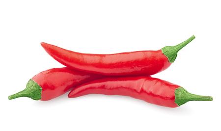 trzy surowe czerwone papryczki chili na białym tle, odizolowane, ścieżka przycinająca, pełna głębia ostrości