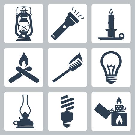 encendedores: Luz y aparatos de iluminación Vector icons set linterna, linterna, vela, hoguera, antorcha, lámpara, lámpara de huracán, lámpara ahorro de energía, más ligero