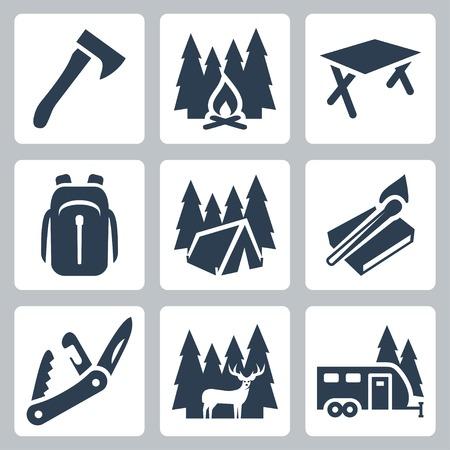 Vector kamperen pictogrammen set: bijl, kampvuur, camping tafel, rugzak, tent, lucifers, zakmes, herten, camping trailer