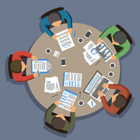Groep van mensen uit het bedrijfsleven werken aan ronde office tabel, bovenaanzicht