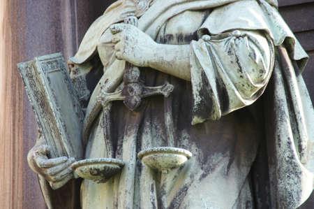 estatua de la justicia: S�mbolo de la educaci�n, la equidad y la justicia en Budapest Foto de archivo