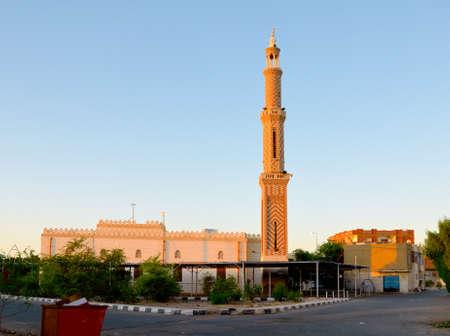 The small Egyptian town Safaga. Street with Islamic mosque Standard-Bild