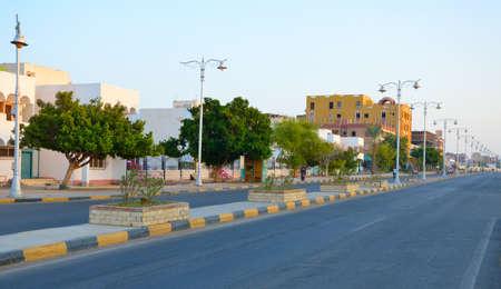 The small Egyptian town Safaga. Street with road. Standard-Bild