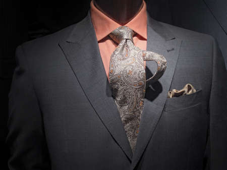 오렌지 셔츠, 무늬 넥타이와 손수건 어두운 회색 재킷의 근접