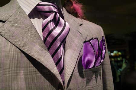 흰색 줄무늬 셔츠, 보라색 줄무늬 넥타이와 보라색 손수건 밝은 회색 체크 무늬 재킷의 근접