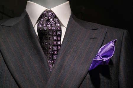 닫기 흰 셔츠, 패턴 검정, 보라색 넥타이와 보라색 손수건 올려요 어두운 회색 스트라이프의 최대