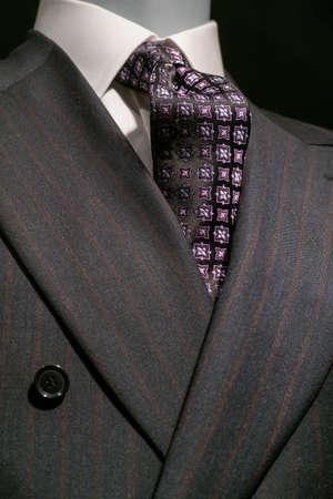 닫기 흰색 셔츠와 패턴 검은 자주색 넥타이 올려요 어두운 회색 스트라이프의 최대