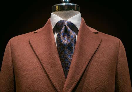 닫기 흰색 줄무늬 셔츠와 포함 된 검은 배경에 클리핑 경로에 파란색 무늬 넥타이와 갈색 캐시미어 코트까지 스톡 콘텐츠