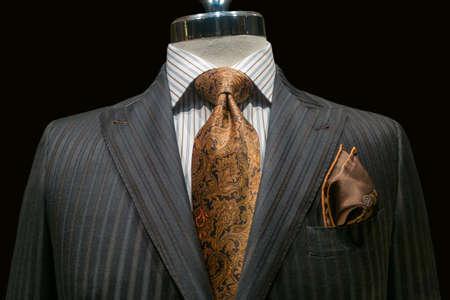 흰색 줄무늬 셔츠, 황색, 갈색 무늬 넥타이 포함 검정색 배경 클리핑 패스에 갈색 손수건 회색 스트라이프 재킷의 근접 스톡 콘텐츠