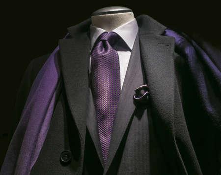 검은 코트의 근접 블랙 재킷, 흰색 셔츠, 자주색 넥타이와 스카프