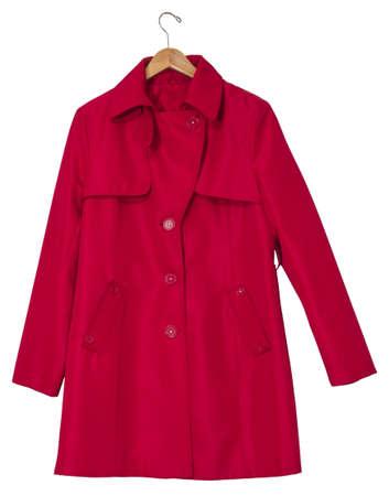 double breasted: Mujeres impermeable rojo en una percha, aislada en el camino de recortes blanco incluido