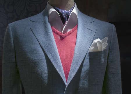 빨간색 스웨터, 흰색 셔츠, 파란색 폴카 도트 넥타이와 어두운 배경에 흰색 손수건 빛 블루 체크 무늬 자 켓의 근접 스톡 콘텐츠