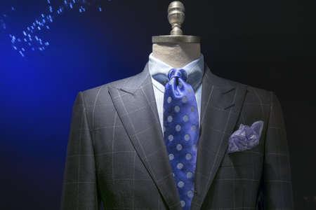 파란 체크 무늬 셔츠와 밝은 회색 체크 무늬 재킷의 근접, 파란색 물방울 무늬 포함 어두운 배경 클리핑 패스에 넥타이와 손수건 스톡 콘텐츠
