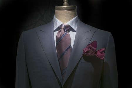 흰색 파란색 바둑판 된 셔츠, 스트라이프 넥타이, 검정색 배경에 적갈색 손수건 함께 회색 자 켓의 확대 클리핑 경로 포함 스톡 콘텐츠
