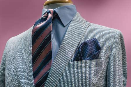 파란색 셔츠, 핑크 블루 스트라이프 넥타이 분홍색 배경에 흰색 파란색 스트라이프 재킷의 근접 클리핑 경로 포함