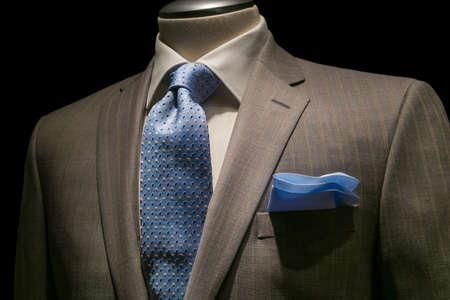 확대 질감 흰색 셔츠와 황갈색 스트라이프 재킷은 검은 색 바탕에 파란색 넥타이와 블루 손수건 무늬 스톡 콘텐츠