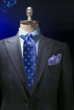 확대 파란색 체크 무늬 셔츠와 밝은 회색 체크 무늬 재킷의 파란색 물방울 무늬 포함 어두운 배경 클리핑 경로에 넥타이, 손수건
