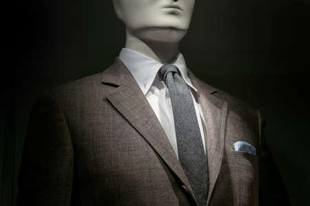 흰 셔츠, 회색 넥타이와 검은 색 바탕에 스트라이프 블루 화이트 손수건 갈색 체크 무늬 자 켓에 마네킹의 근접