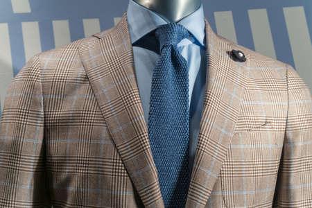 스트라이프 배경에 파란색 셔츠와 니트 넥타이와 황갈색 체크 무늬 재킷의 근접 스톡 콘텐츠