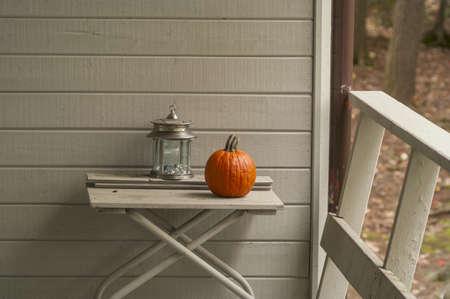 배경에 별장 현관, 나무 벽에 테이블에 랜턴, 호박, 복사 공간 스톡 콘텐츠