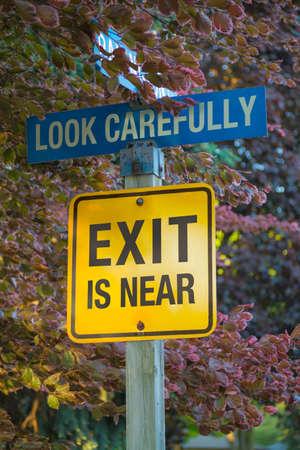 콜라주 도로 표지판 NO EXIT EXIT IS NEAR로 변경됨