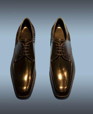 파란색 배경에 검은 남자의 신발 격리의 한 켤레. 클리핑 패스가 포함되어 있습니다.